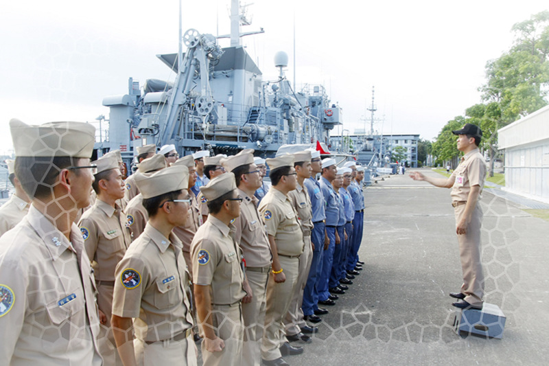 圖_政戰主任劉上校蒞艦教唱軍歌。