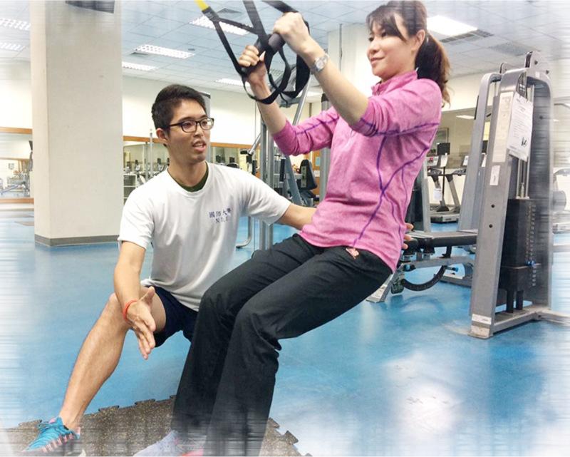 圖:盧毅在健身房為大家矯正姿勢,避免在訓練過程受傷。