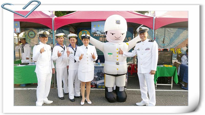 圖:謝仁傑(右)與招募團隊歡迎有志青年加入國軍這個大家庭。
