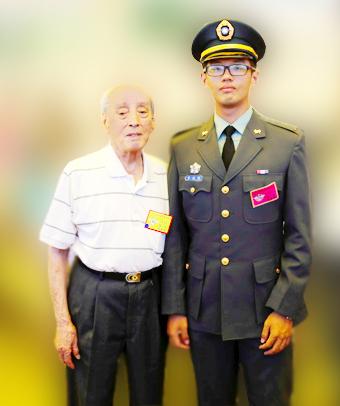 李政勳於陸軍官校畢業典禮上與抗戰英雄黃供祿外公合影。