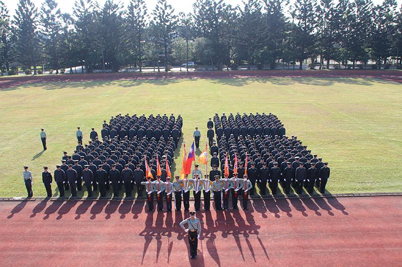 軍校的傳統「實習幹部」交接儀式,除傳承優良的精神,也培養學生領導統御及各種業務的體驗。