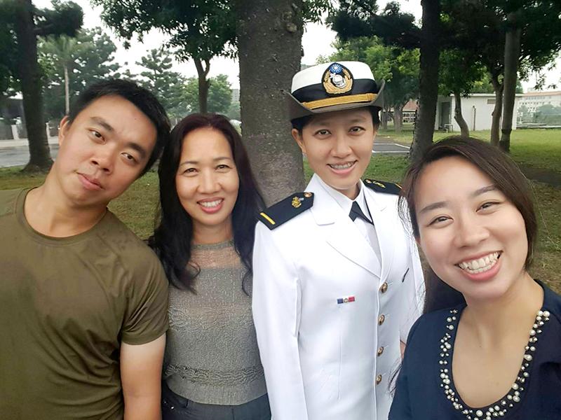 林雨萱感謝伊娜(左二)含辛茹苦地扶養她們長大,以及對家庭的付出。