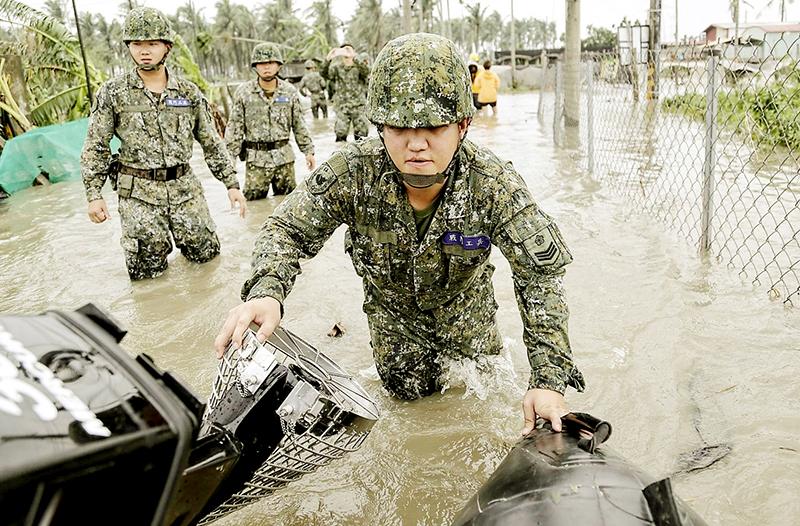 每次狂風暴雨後的災區,國軍官兵總會在第一時間趕到救援,協助災民整護家園,雖然只是一個不起眼的小兵,他們永遠是災民心中的無名英雄。
