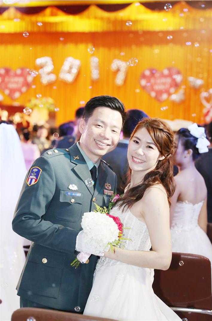 官兵參加聯合婚禮,接受袍澤與親友的祝福,成為永生難忘的美好回憶。