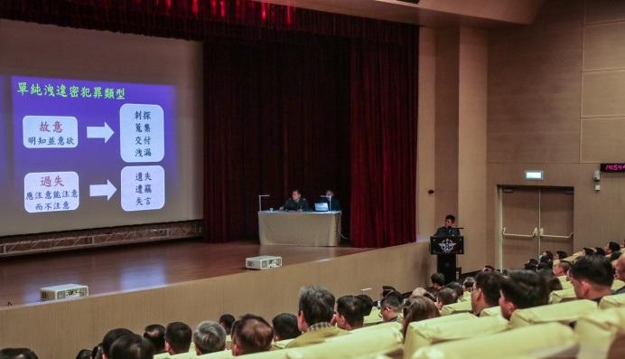 國防部法律事務司人員,於會中進行授課與案例說明。(軍聞社記者林澤廷攝)