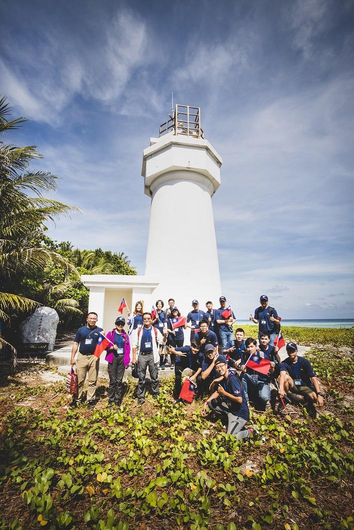學子實地走訪太平島,感受國軍官兵衛戍南疆的艱辛。