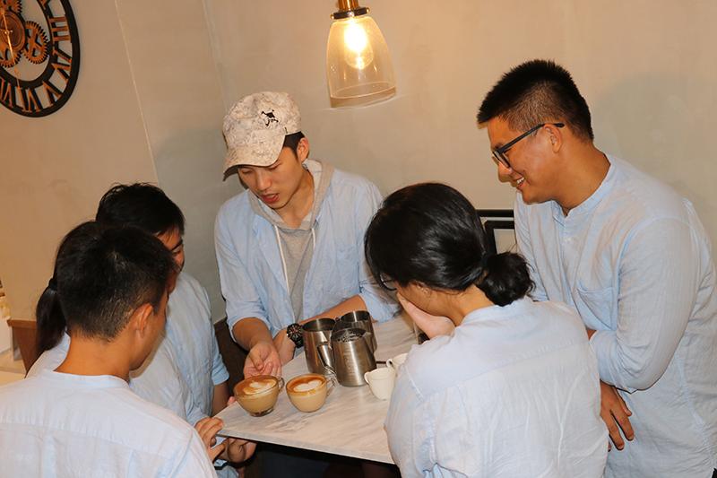 圖:咖啡星球社成員透過一杯咖啡能增加彼此情感,假日也至咖啡廳擔任一日志工,體驗與顧客間的互動。