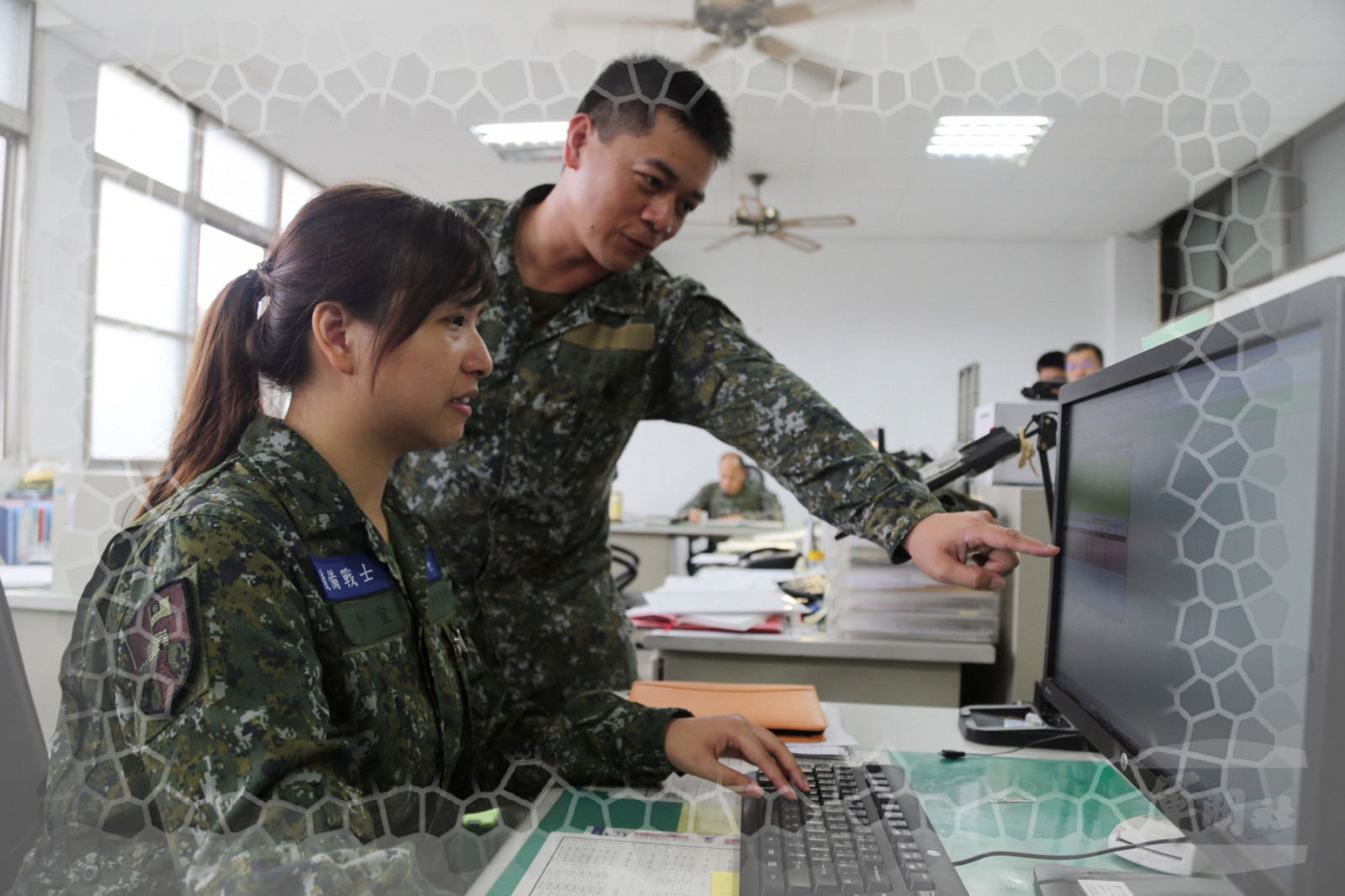 """Ling-Yi Chen (L), taking part in the project """"Reserves on board again"""" on 11th, was working on the affair of administration. (Photo Credit: MNA"""